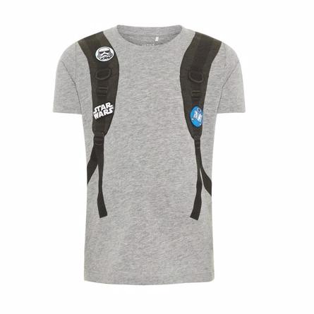NAME IT Star Wars T-shirt Grå - Fed t-shirt fra Name It med et mega fint Star Wars print, der giver illusionen af at dit barn har en fed rygsæk på! 100% økologisk bomuld. Vaskes ved 40 grader, undgå tørretumbler.